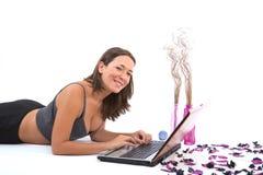 Mujer que goza con su ordenador portátil imagen de archivo