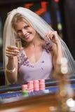 Mujer que goza de la ducha nupcial en el casino imagen de archivo