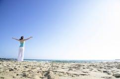 Mujer que goza de la playa Fotografía de archivo