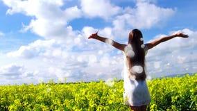 Mujer que goza del sol en campo de flor con la animación de la burbuja