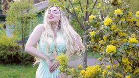 Mujer que goza en el jardín almacen de metraje de vídeo