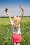 Mujer que goza en la naturaleza y el aire fresco. Fotografía de archivo libre de regalías
