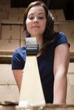 Mujer que graba encima de la caja Imagen de archivo