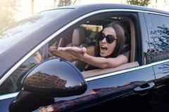 Mujer que grita en el coche imagen de archivo