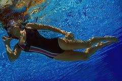 Mujer que grita en el teléfono en agua Imagenes de archivo