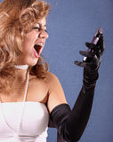 Mujer que grita en su teléfono Foto de archivo libre de regalías
