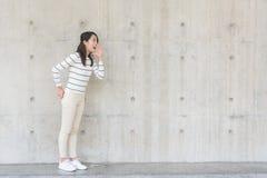Mujer que grita hacia fuera fotos de archivo