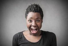 Mujer que grita hacia fuera ruidosamente Fotografía de archivo