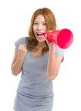 Mujer que grita a través del altavoz Fotos de archivo libres de regalías