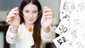 Mujer que guarda el collar con zafiro amarillo Oferta especial Foto de archivo libre de regalías