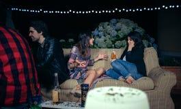 Mujer que habla con el amigo femenino aburrido en un partido Foto de archivo libre de regalías