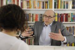 Mujer que habla con el psicólogo o el consejero Imagenes de archivo
