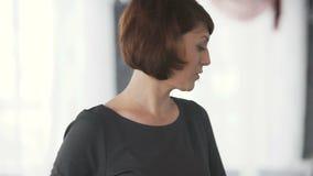 Mujer que habla con la audiencia almacen de video