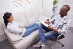 Mujer que habla con su psicólogo imagen de archivo libre de regalías