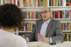 Mujer que habla con un consultor o un abogado Imagen de archivo libre de regalías
