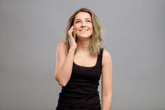 Mujer que habla el teléfono móvil aislado Imagenes de archivo