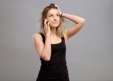 Mujer que habla el teléfono móvil aislado Foto de archivo libre de regalías