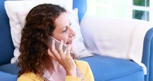 Mujer que habla en el teléfono almacen de metraje de vídeo