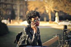 Mujer que habla en el teléfono fotografía de archivo