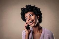 Mujer que habla en el teléfono imagenes de archivo