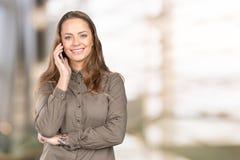 Mujer que habla en el teléfono Fotos de archivo
