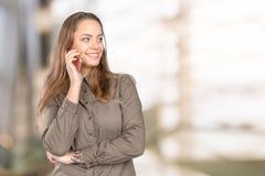 Mujer que habla en el teléfono Imágenes de archivo libres de regalías