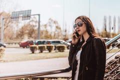 Mujer que habla en el teléfono Autenticidad y espontaneidad fotos de archivo libres de regalías