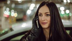 Mujer que habla en el teléfono Cámara lenta almacen de video