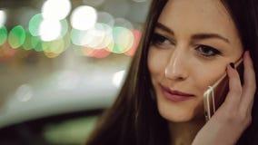 Mujer que habla en el teléfono Cámara lenta almacen de metraje de vídeo