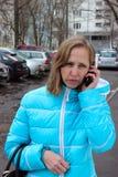 Mujer que habla en el teléfono celular Imagenes de archivo