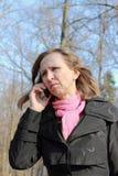 Mujer que habla en el teléfono celular Fotos de archivo