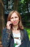Mujer que habla en el teléfono celular Imagen de archivo