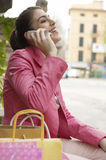 Mujer que habla en el teléfono celular al aire libre Imagen de archivo