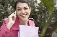 Mujer que habla en el teléfono celular al aire libre Imagenes de archivo