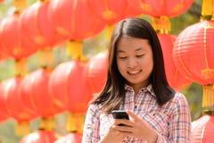 Mujer que habla en el teléfono celular durante Año Nuevo chino Foto de archivo libre de regalías