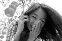 Mujer que habla en el teléfono celular durante Año Nuevo chino Fotos de archivo libres de regalías
