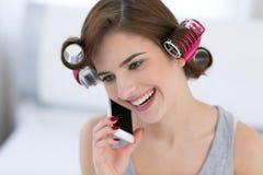 Mujer que habla en el teléfono en casa Foto de archivo libre de regalías