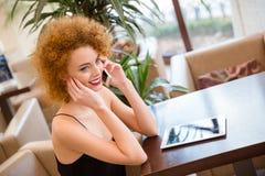 Mujer que habla en el teléfono en restaurante Fotografía de archivo libre de regalías