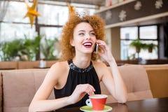 Mujer que habla en el teléfono en restaurante Foto de archivo libre de regalías