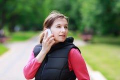 Mujer que habla en el teléfono móvil Foto de archivo libre de regalías
