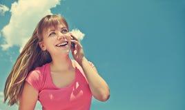 Mujer que habla en el teléfono móvil Foto de archivo