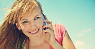 Mujer que habla en el teléfono móvil Fotos de archivo