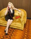 Mujer que habla en el teléfono rojo. imagenes de archivo