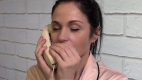 Mujer que habla en el teléfono y el gesto reservado silencioso de la demostración almacen de metraje de vídeo