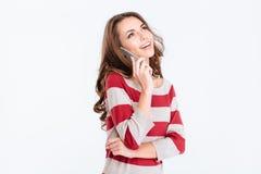 Mujer que habla en el teléfono y que mira para arriba el copyspace Foto de archivo libre de regalías
