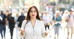 Mujer que habla en la cámara en la calle