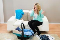 Mujer que habla en móvil en sala de estar Foto de archivo libre de regalías