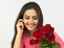 Mujer que habla en su teléfono celular Fotografía de archivo libre de regalías