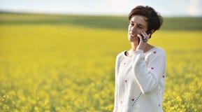 Mujer que habla en su teléfono elegante Fotos de archivo libres de regalías