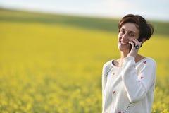 Mujer que habla en su teléfono elegante Fotografía de archivo libre de regalías